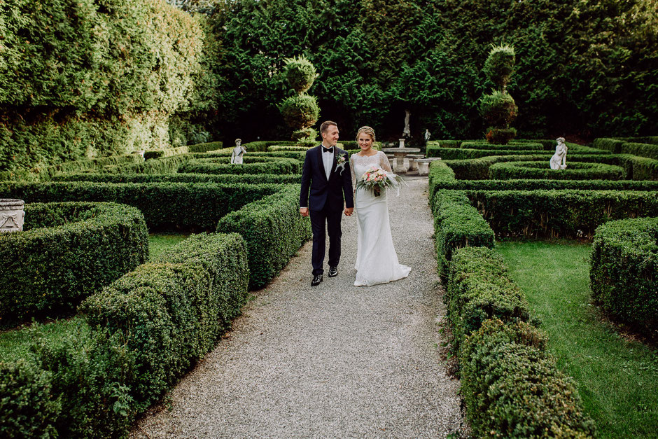 Brautpaar im Garten mit Labyrinth