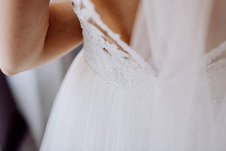Rückenausschnitt des Brautkleid mit Spitze vor der Hochzeit in Rheinland-Pfalz