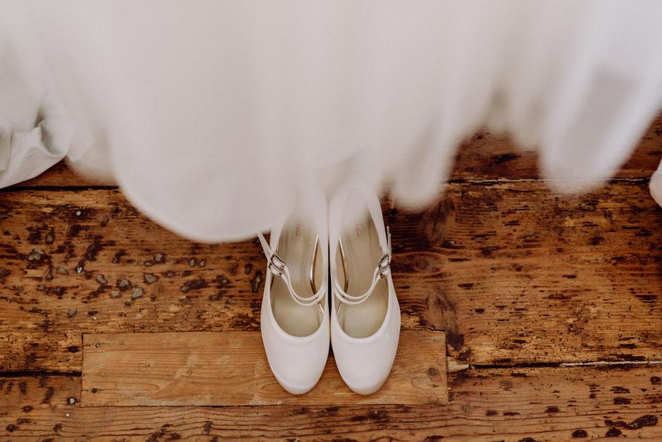 weisse Brautschuhe sind vorbereitet beim Getting Ready der Braut in Bad Kreuznach