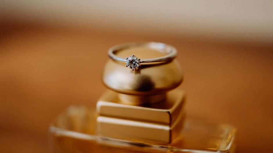 Diamant Verlobungsring auf einem Flakon