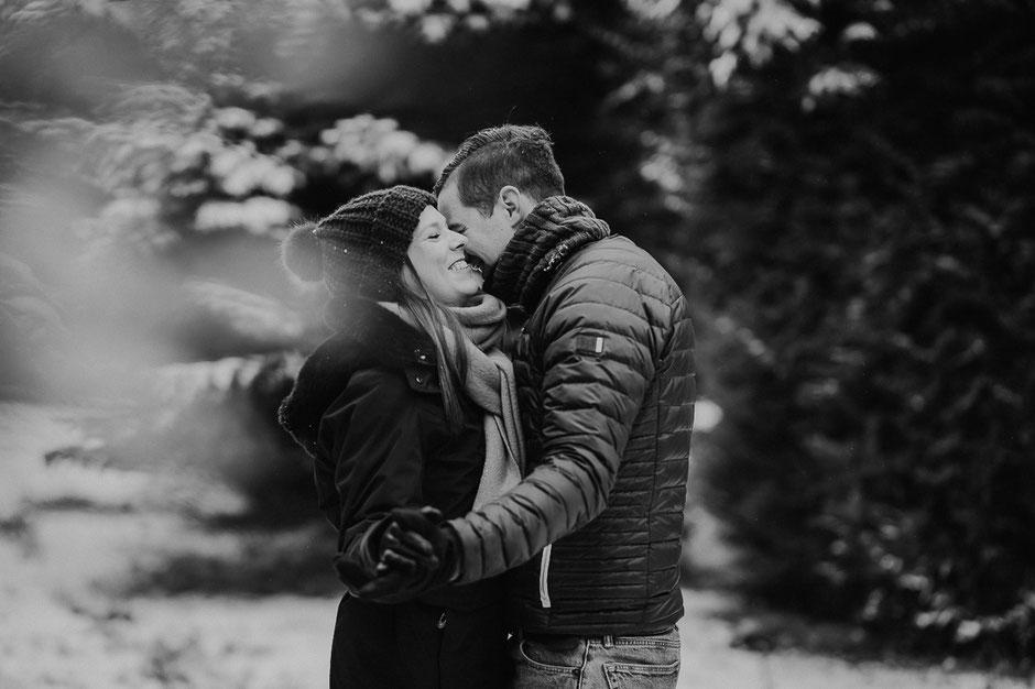 Paar tanzt in schneebedecktem Wald in Rheinhessen