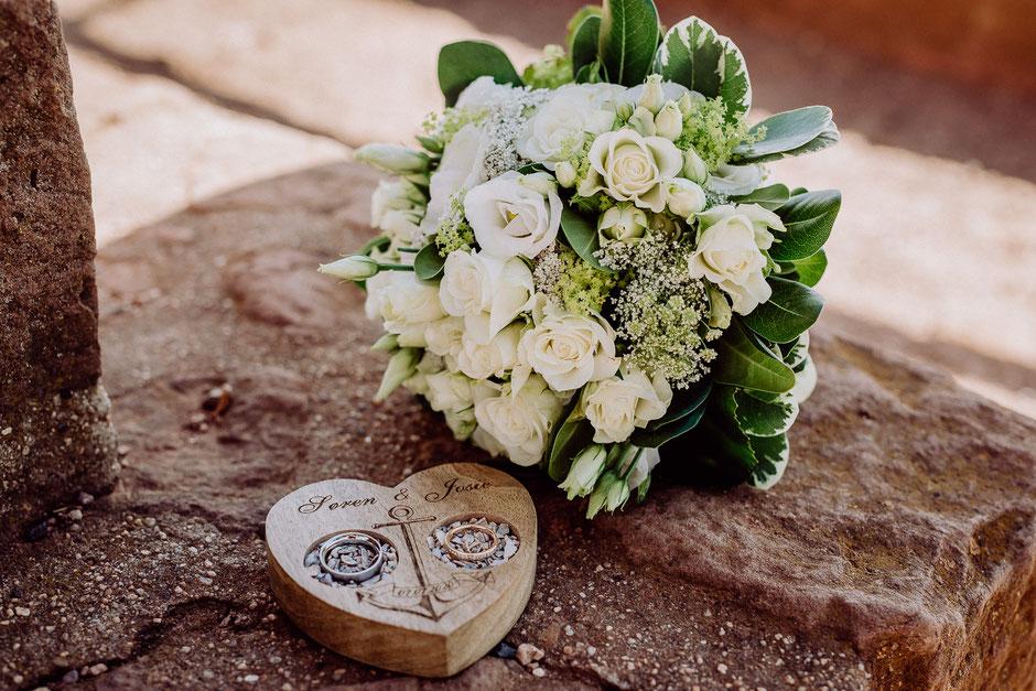 weisser Brautstrauss mit Ringen in Holzschale mit Anker