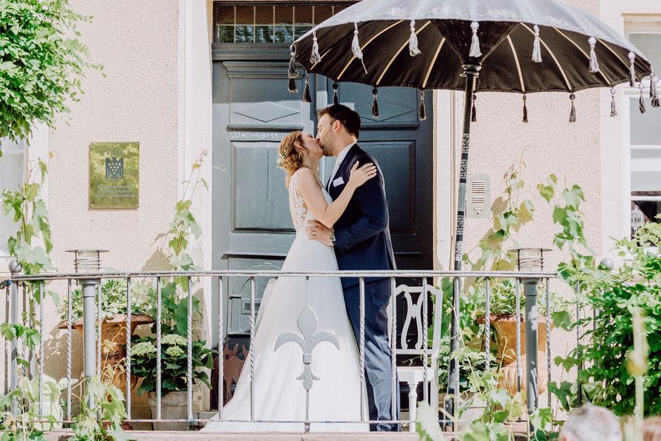 Hochzeitskuss nach freier Trauung im Sommer bei Mainz