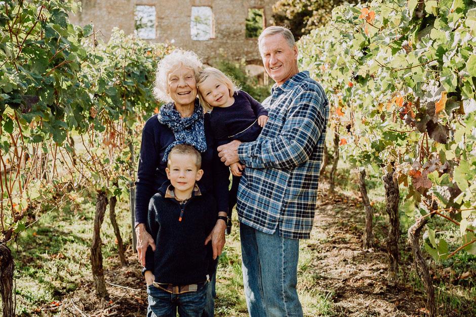 Familienfoto mit Oma, Opa und Enkelkinder in den Weinbergen Rheinhessens