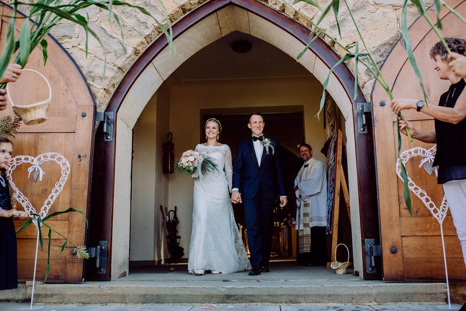 Braut und Bräutigam beim Auszug aus der Kirche Bissersheim