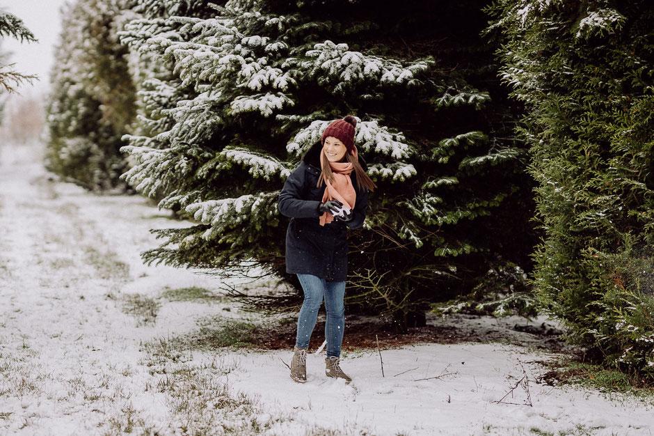 Frau macht Schneeball bei Fotoshoot in Mainz