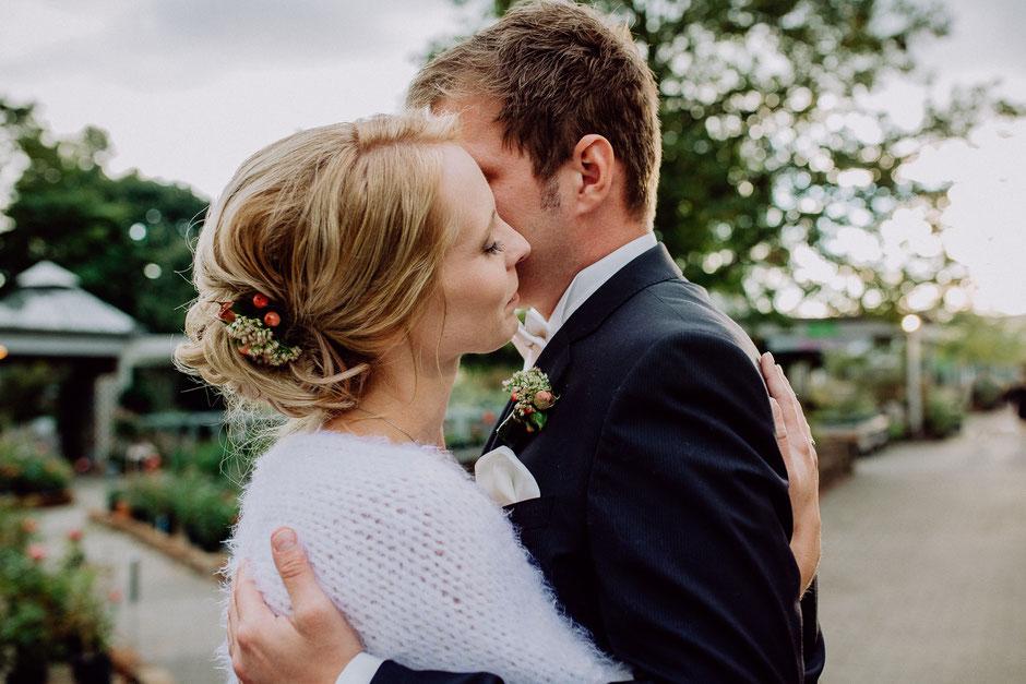 Braut und Bräutigam umarmen sich am Abend der Hochzeitsfeier in Baumschule Huben in Ladenburg