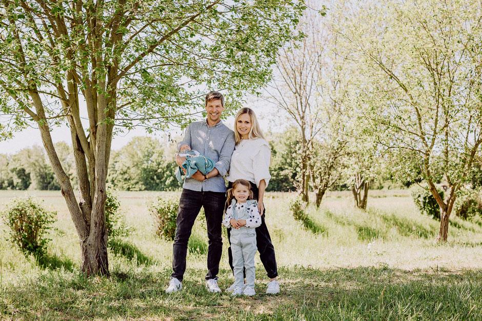 Familie bei Fotoshooting in Mainz auf einer grünen Wiese im Frühling