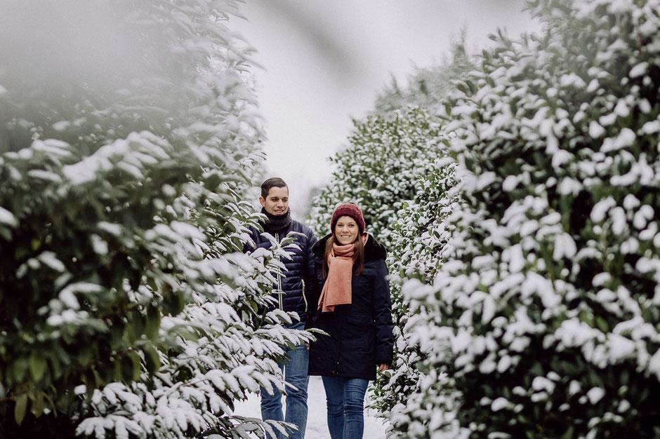 Paar geht Hand in Hand bei Fotoshoot in Rheinhessen
