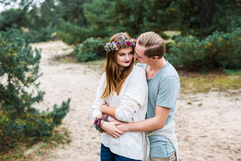 junges Paar umarmt sich bei Fotoshooting in Frankfurt