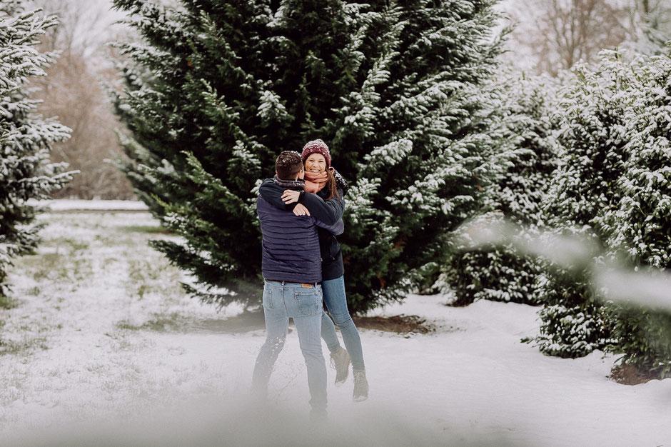 Verliebtes Paar im Schnee bei Paarshoot in Mainz
