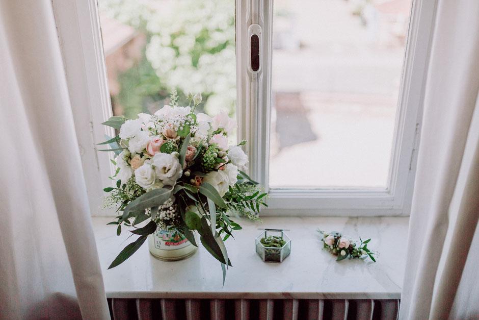 Brautstrauss und Eheringe am Fenster beim Getting Ready in Bad Kreuznach