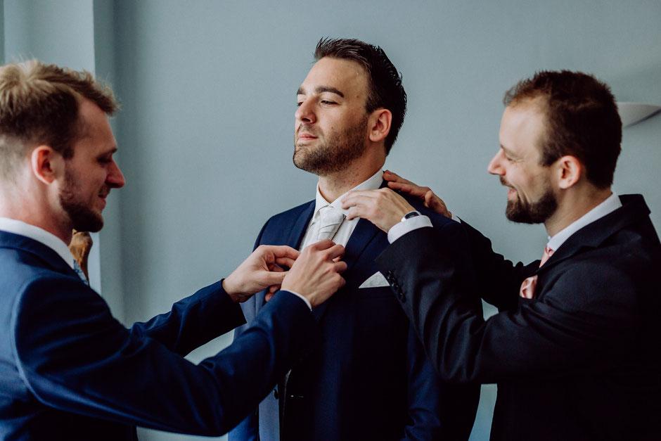die Trauzeugen helfen dem Bräutigam beim Getting Ready vor der Hochzeit in Bad Kreuznach