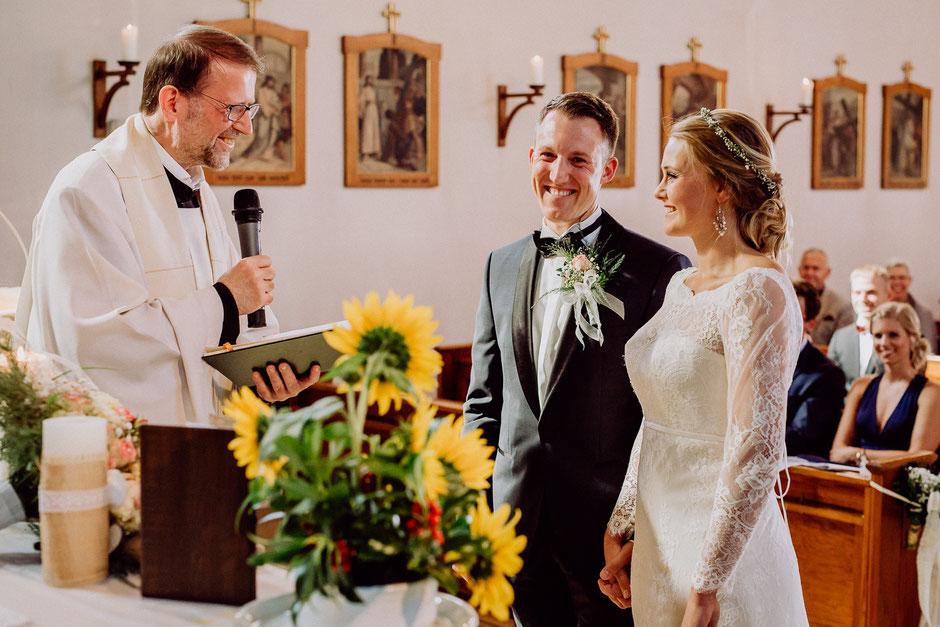 glückliches Brautpaar in der Kirche