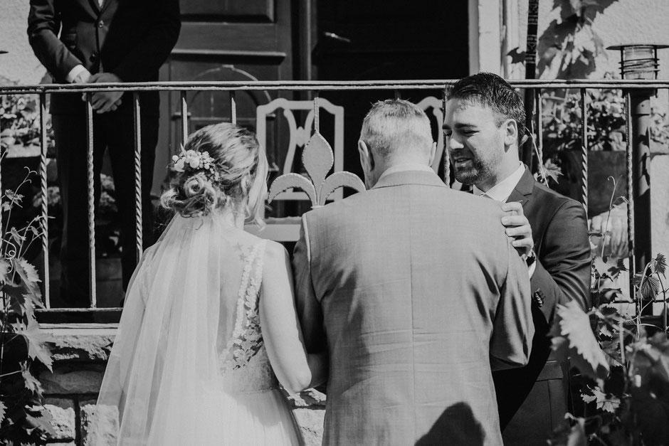 Brautvater übergibt die Braut an den Bräutigam bei Sommerhochzeit in Mainz