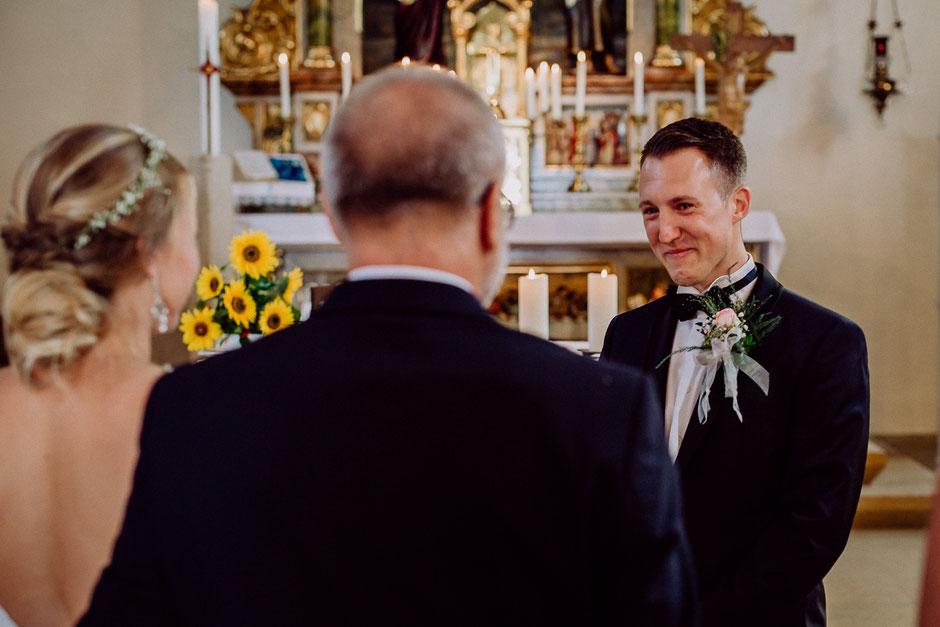 Bräutigam ist gerührt beim Anblick der Braut