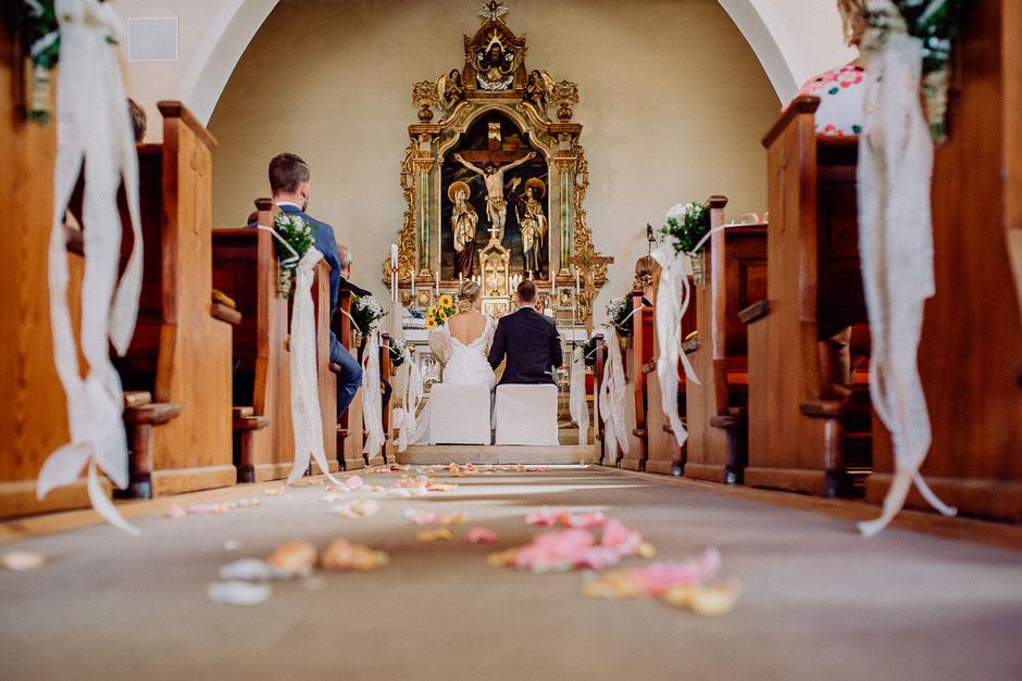 Brautpaar in der Kirche mit Altar