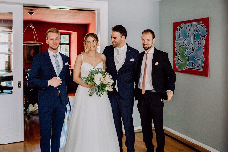 Brautpaar mit Trauzeugen vor der freien Trauung in Bad Kreuznach