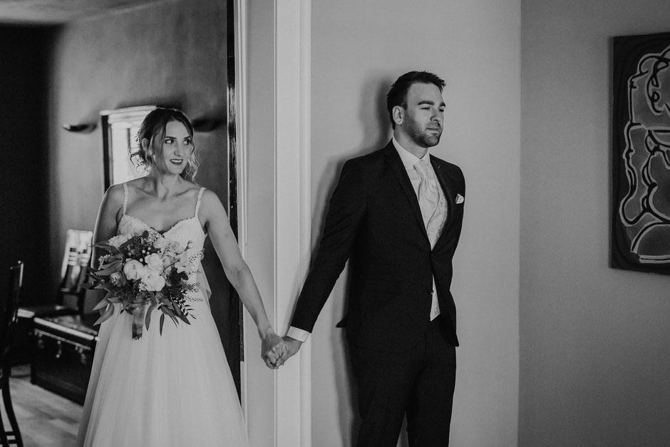 Braut und Bräutigam beim First Look vor der Hochzeit auf Schlossgut Diel