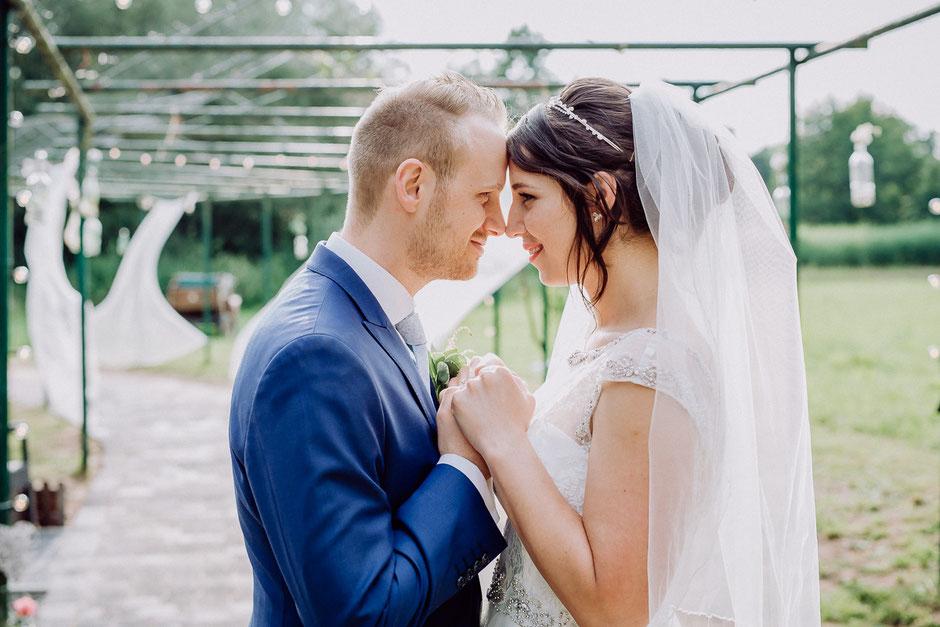Braut mit Schleier und Bräutigam stehen Händchenhaltend gegenüber nach freier Trauung in Langenselbold