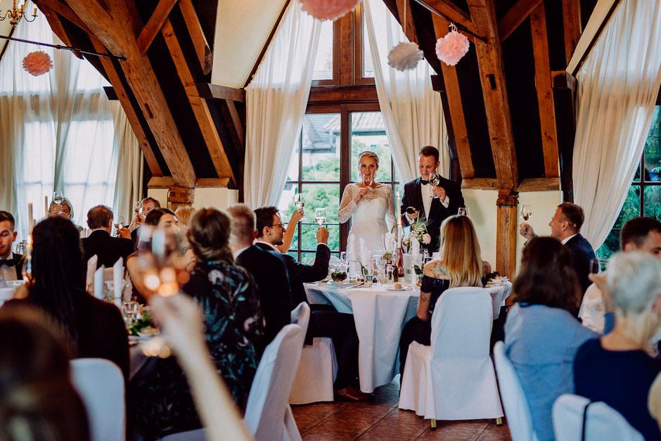 Braut und Bräutigam stossen an