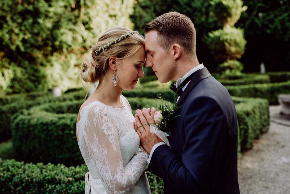 Brautfrisur und Brautschmuck und Braut mit Perlenohrringen
