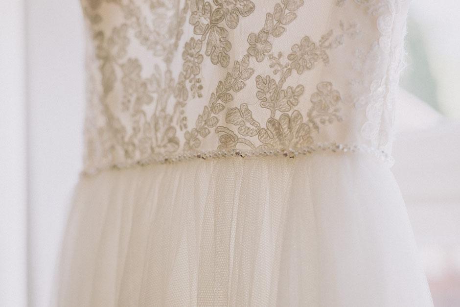 Spitzendetails und Perlenverzierungen Brautkleid beim Getting Ready in Bad Kreuznach