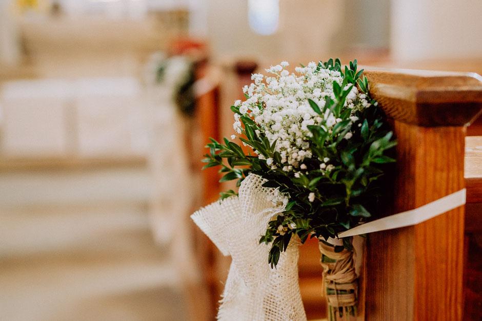 Kirchenbankdekoration Schleierkraut Hochzeitsreportage