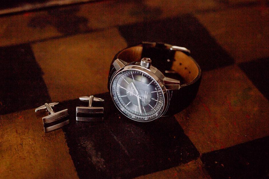 Accessoires des Bräutigams Uhr und Manschettenknöpfe beim Getting Ready in Bad Kreuznach