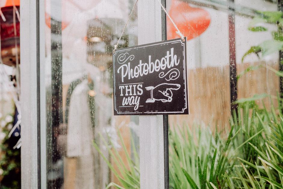 Hinweisschild als Dekoelement und Hinweis zur Photo Booth bei Hochzeit