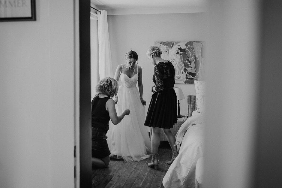 Brautmutter und Trauzeugin helfen der Braut beim Getting Ready in Bad Kreuznach