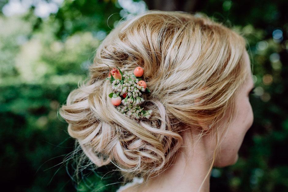 Brautfrisur mit kleinem Blumengesteck bei Hochzeit in Baumschule Huben in Ladenburg