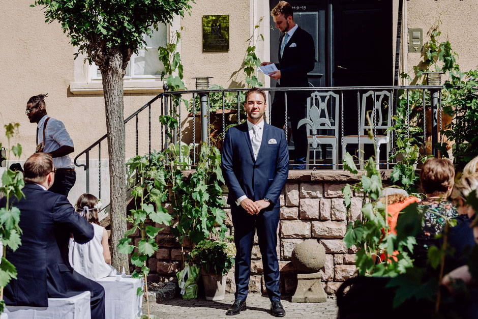 Bräutigam wartet auf die Braut bei freier Trauung bei Bad Kreuznach