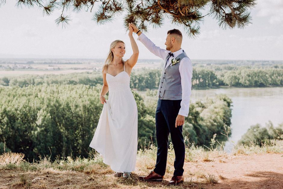 Brautpaar tanzt bei Fotoshooting mit Rheinblick