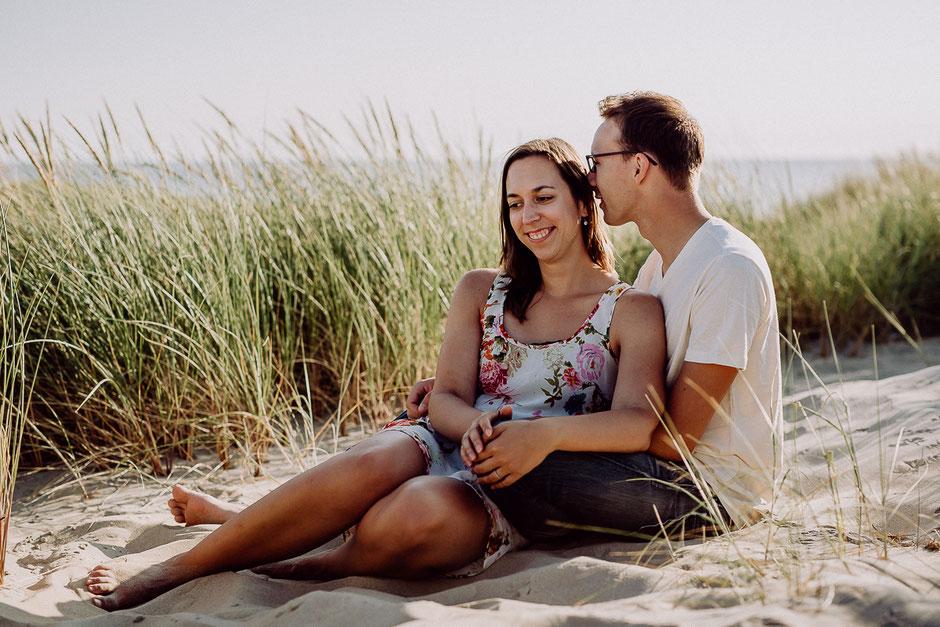 verliebtes Paar sitzt am Strand auf Texel in Holland