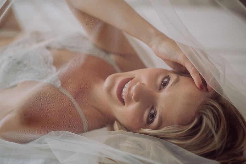 junge Braut lächelt in die Kamera bei sinnlichem Fotoshooting in Bodenheim