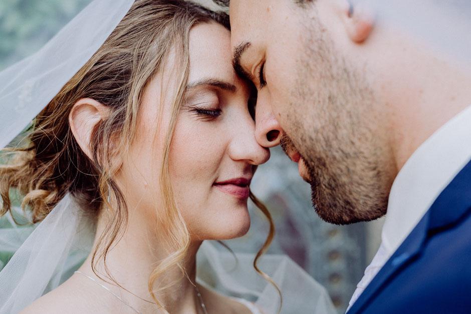 Brautpaar mit Schleier bei Brautpaarshooting vor der Hochzeit in Bad Kreuznach