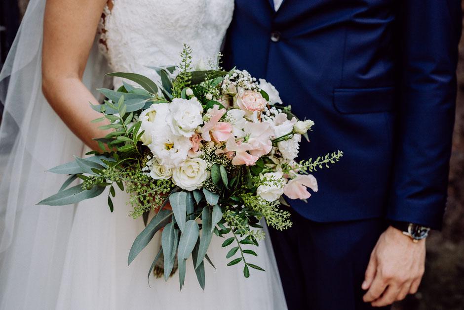 Brautstrauss in Pastellfarben mit Rosen und Eukalyptus bei Hochzeit in der Nähe von Mainz