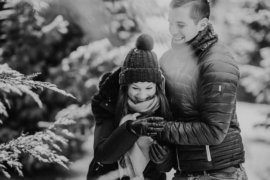 Paar albert im schneebedeckten Wald herum