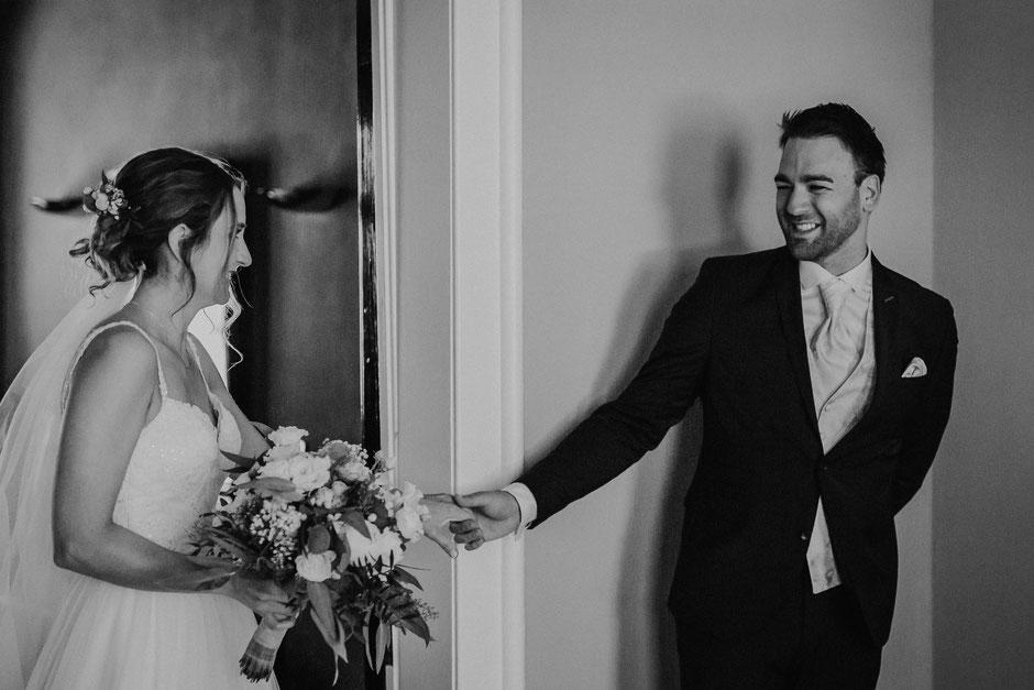 Bräutigam sieht Braut zum ersten Mal beim First Look in Bad Kreuznach