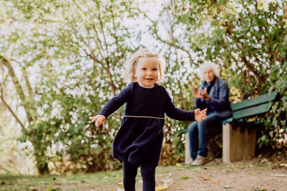 Mädchen läuft vor Großmutter davon