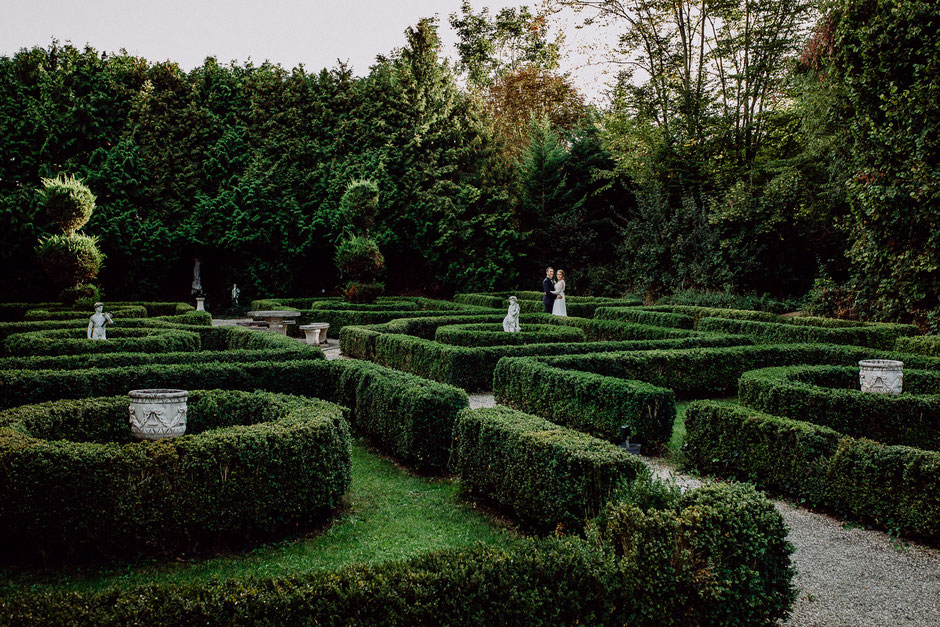 Brautpaar in historischem Garten Bissersheim