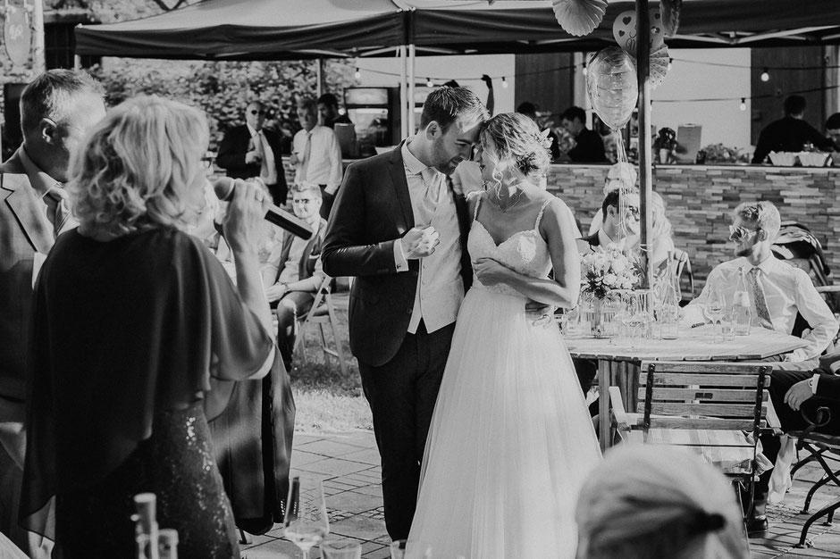 Brautpaar bei Sektempfang nach freier Trauung im Sommer bei Bad Kreuznach