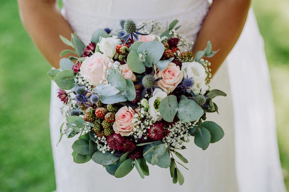 Brautstrauss mit Eukalyptus und Beeren und Disteln