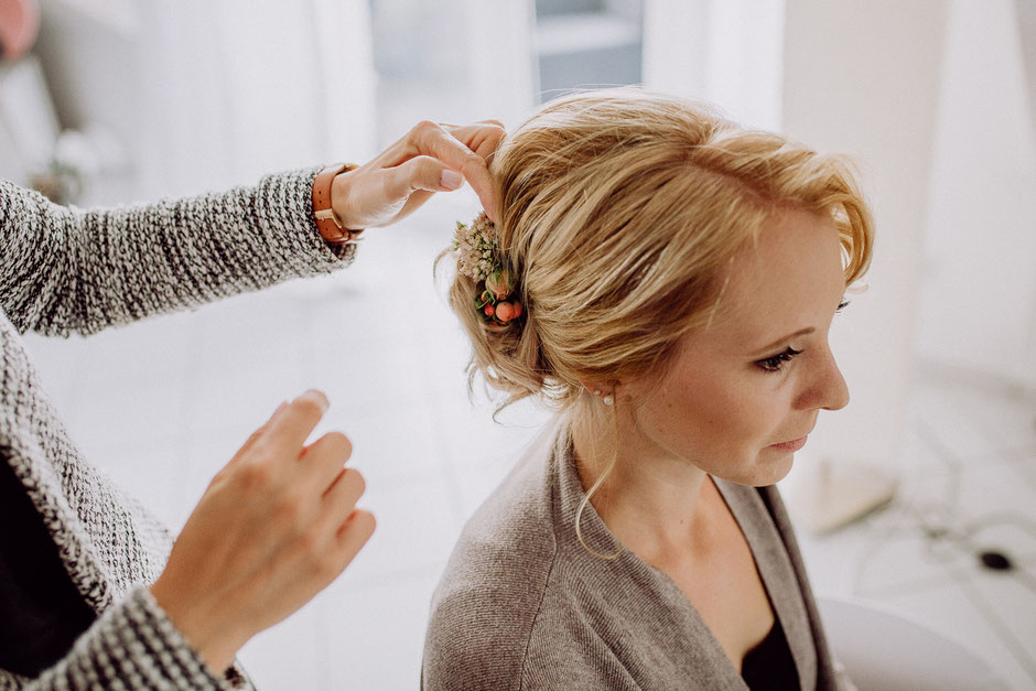 Brautfrisur mit Blumengesteck beim Getting Ready der Braut in Ladenburg