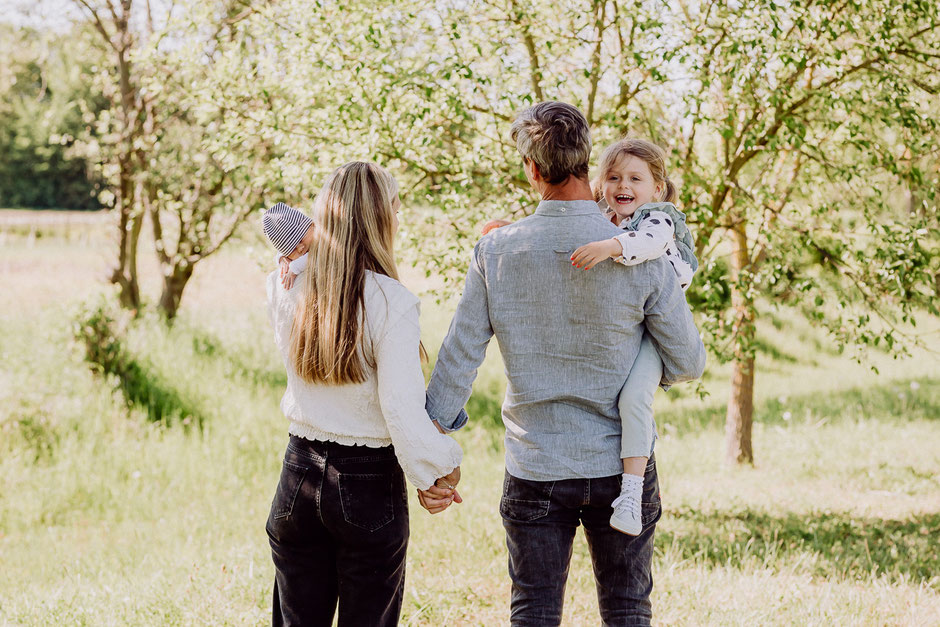 Eltern mit Kindern auf dem Arm bei Familienshooting in Mainz