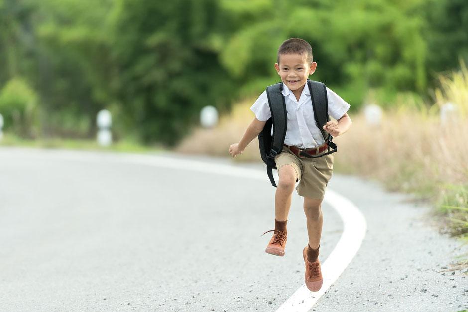 Kleiner Junge am Laufen