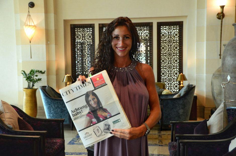 Daniela Arkenberg in Dubai mit der Khaleej Times Ausgabe von 2009
