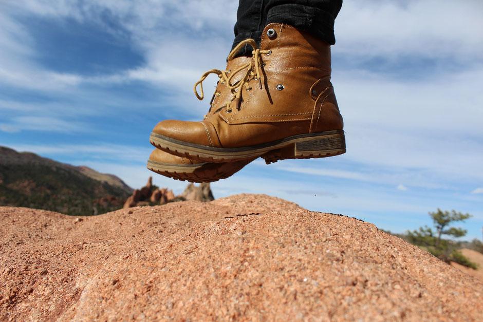 Schuhe einer Person die gerade ohne Stress am springen ist