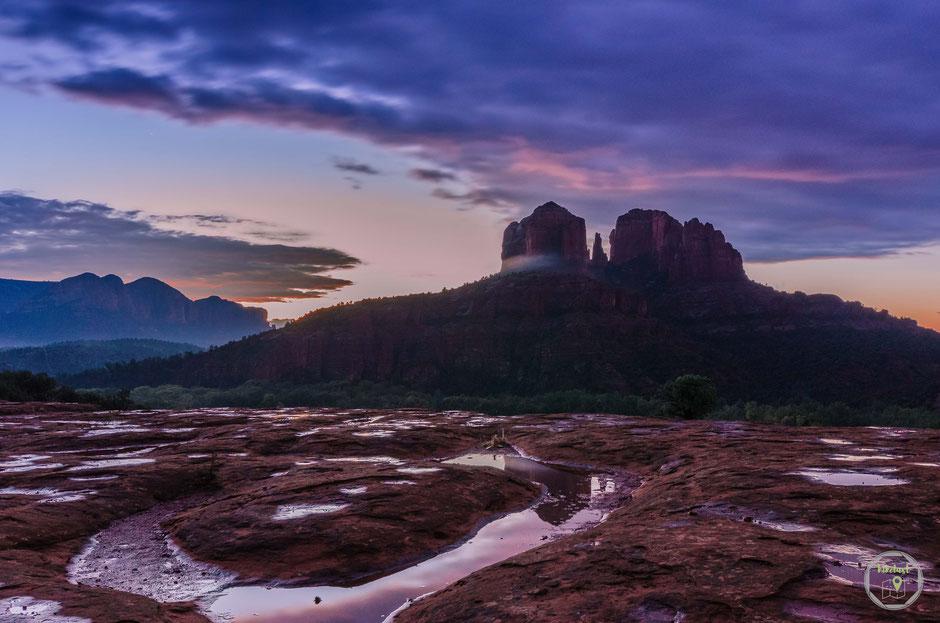 Der Cathedral Rock nach einer durchregneten Nacht zum Sonnenaufgang